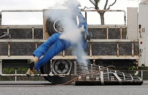 タイヤバースト実験