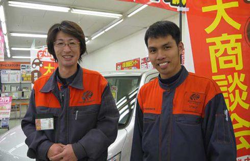 平山裕隆フロアリーダー(左)と、フィリピン出身のジョン・キングさん