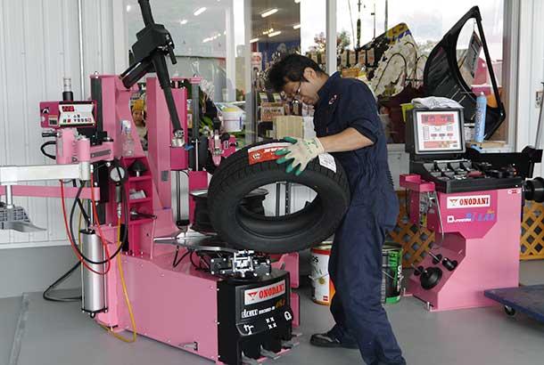 ピットにはピンクカラーの機器を揃えた
